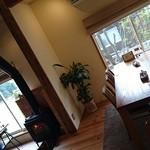 ポタージュ - 薪ストーブとテーブル席のあったかい風景