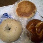 スワン カフェ&ベーカリー - ブルーベリーベーグル、プレツェル、くるみチーズ