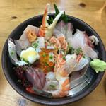おかもと鮮魚店  - 海鮮丼!中身は日替りみたいなものだけど18〜20種類のネタが満載!この日は鯨も一切れ添えてありました