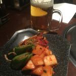 東海苑 - ビールと食べ放題のキムチ盛り合わせ