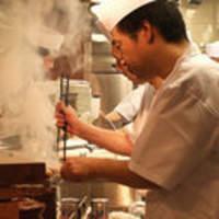 朝挽きの新鮮素材を毎日手で串打ち、炭火で職人が焼く姿は必見!