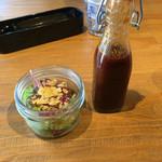 ディキシーダイナー - ステーキソースとサラダ