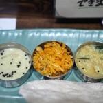 ケララの風II - 白菜のクートゥ(右)人参のトーレン【中)バナナのカーラン(左)