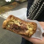 マルヤ製菓 - チョコ。あの市販のパンに入ってるのに近いです。