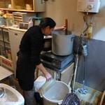 46786621 - 鰹や炒り子で丁寧にとった出汁を合わせます。