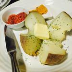 46787120 - 塩辛はたまにあるけど、ウニでも食べるじゃがバター!                       けど残念ながら塩辛の勝ちw