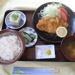 みくに - 豚カツ定食 780円。備え付けの塩で食べると乙。