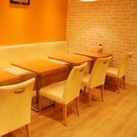 店内でパンやジェラート、お弁当を楽しめるイートインスペース