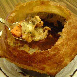 東京らっきょブラザーズ - 料理写真:パイ包みスープカレーはオーブンで焼いているので最後のスープまで熱々です!!