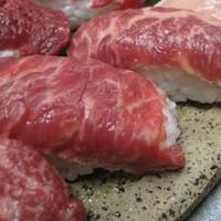 久茂地 肉寿司 - 脂の甘さが加わりとろける味わい