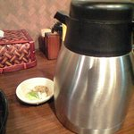 麺屋 龍の家族 - スープ割用のポットと追加用の魚粉とねぎ