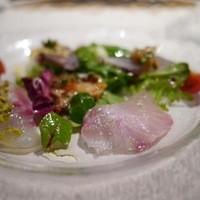仕立てを変えた7種の鮮魚と有機野菜のインサラータ