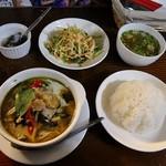 ラーンガンエーン - チキンノグリーンカレー、ライス、サラダ、スープ、ミニデザート