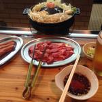 Ajinohitsujigaoka - 肩ロースと腿肉、ラムソーセージ、お通し(キャベツの浅漬け)、サッポロCLASSIC