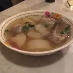 亜州食堂 チョウク - トムチュート・フアサイタオ・クラドゥックムー(タイ料理の、大根と豚スペアリブのすまし汁)