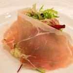 カノビアーノ - 3500円のコースで水牛のモッツァレラチーズとフルーツトマト、季節野菜のサラダ仕立て フリウリ産生ハム添え