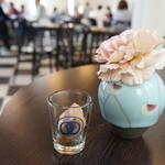 カフェ フロインドリーブ - 2Fがカフェ、空いている席に着くと、お水とおしぼり、そして有名なクッキーが2個、オリジナルグラスで出てきます