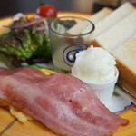 カフェ フロインドリーブ - トースト、ベーコンスクランブルエッグ、サラダが付きます、オリジナルバターと、フレンチドレッシング