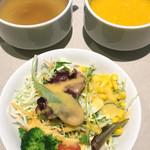 キッチンエッグス - スープバーのスープとレディースセットのサラダ