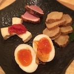 ツイテル 和 - 燻製の盛り合わせ いぶりがっこ、卵、鴨肉、カマンベールチーズ