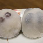 銀座あけぼの - 白玉豆大福(左)と丹波黒豆大福