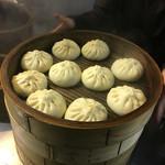 中華点心 茶寮 - ライオン通りの湯気の正体はコレ‼︎初めて頂きましたけど美味い‼︎ さらに寒い夜に食べる肉まんは美味い‼︎