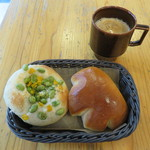 47115670 - 枝豆とチーズのフォカッチャ&クリームパン、カフェラテ
