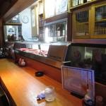 居酒屋 善助 - カウンター席の前にも水槽が置かれています。