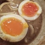 自家製麺つけそば 九六 - 味玉は、黄身がゼリー状の火入れ具合でした。