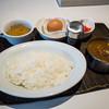 """卵のアート - 料理写真:「""""つまんでご卵""""たまごかけご飯のカレーライス」(950円)。"""