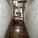 六曜舎 - 階段を上がるとピンク電話が 2016.2