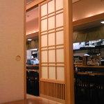 割烹 川松 - 座敷からカウンターを望む