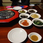 峠 - テーブルの上には、最初からナムルなど12皿が並んでいます。