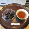 浜田屋菓子舗 - 料理写真:コーヒーわらび餅とサービスのほうじ茶