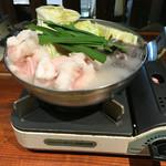 囲炉裏ホルモン小寅 - もつ鍋一人前 一番人気の白湯