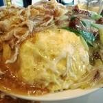 俵飯 - 天津飯のアタマ、チャーシュー、豚バラが甘辛い餡に絡んでいて…激ウマ!!
