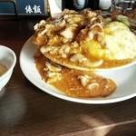 俵飯 - 俵飯、並の中の肉増し(1080円)+生卵(50円)です。