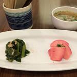 47313630 - パングラタンについてくる前菜2品とスープ 左上はペーパーナプキンです。