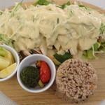イハナ ベジタブル - 野菜たっぷり特製ゴマだれの棒々鶏(日替わりランチ)/(2016 年2月)