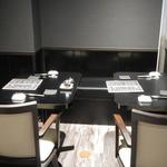 鮨 みひろ - 店内テーブル席の様子