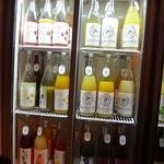 シュガー マーケット - ずらり、冷蔵庫に全国の果実酒100種!