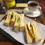 珈琲亭 ルアン - タマゴトースト(¥490)。薄焼きの玉子焼とキュウリを、焦げ目のついたトーストでサンド