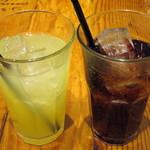 ジェイエス パンケーキカフェ - 左:アップルジュース(\380)、右:コーラ(\380)