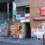 ワンダーケバブ - 自販機よりやや大きい店。