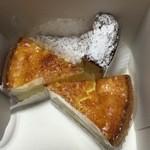 47457210 - タルトフロマージュ(チーズケーキ)とロックフォールチーズケーキ