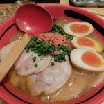 えびそば 一幻 - 味噌、そのまま、太麺にチャーシュー、味付け玉子をトッピング