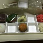 萬御菓子誂處 樫舎 - うぐいす餅やわらび餅は、黄な粉が他のお菓子に飛ばないように気配りがなされています。