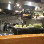 あげ福 - カウンターから見た厨房