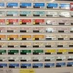 小田原パーキングエリア(下り線)スナックコーナー - 目的は 右上端の 小田原あじ天丼、550円(税込)。提供は、朝9時からとな。 到着が、早すぎました