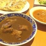 セイロン・イン - ポーク パラタ セット ・ポークカレー ・本日の野菜カレー(ダイコン) ・パラタ2枚 ・サラダ